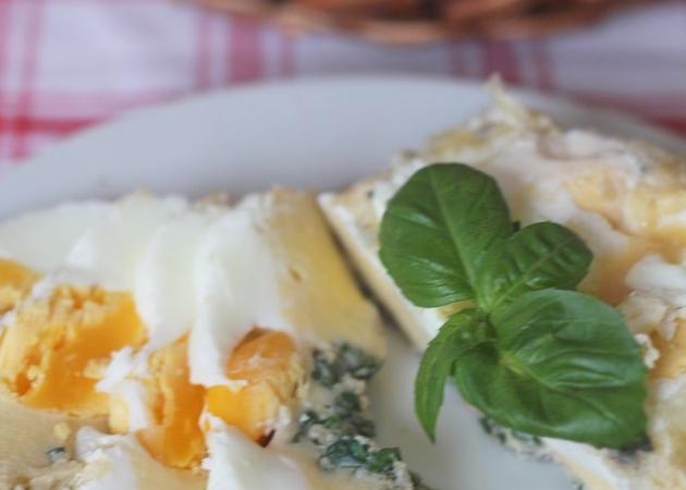Rolada z jajek z bazylią