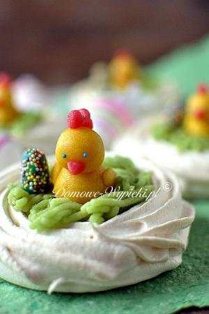 Wielkanocne koszyczki bezowe z masą truskawkową