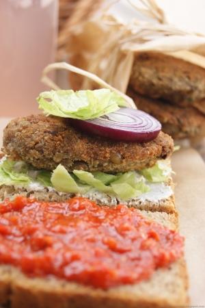Kanapka z burgerem soczewicowmy - Majowe Wyzwanie Blogerek i Blogerów