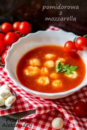 Zupa pomidorowa ze świeżych pomidorów z mozarellą
