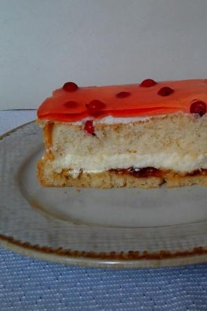 Ciasto biszkoptowe z bitą śmietaną, galaretką i pomarańczową marmoladą