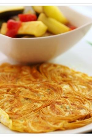 Omlet makaronowy z cukinią