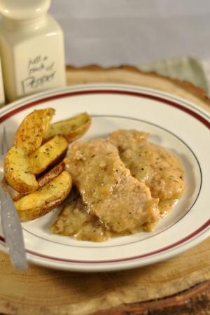 Schab w sosie cebulowym z pieczonymi ziemniakami