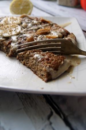 Omlet bananowy z karobem i tahiną