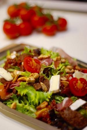 Sałatka z wołowiną, orzechami, brie