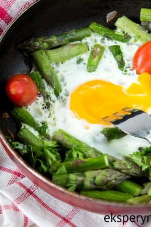Szaparagi z jajkiem sadzonym na śniadanie do łóżka