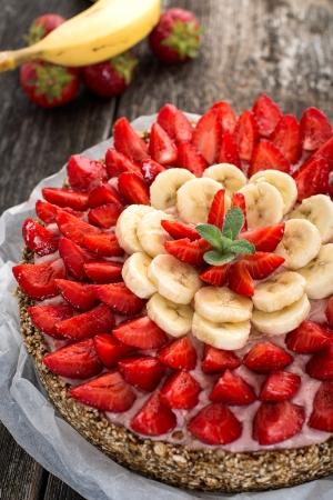 Tarta jaglana bananowo-truskawkowa (wegańskie, bezglutenowe, bez cukru)