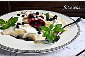 Domowe pierogi z jagodami i serem
