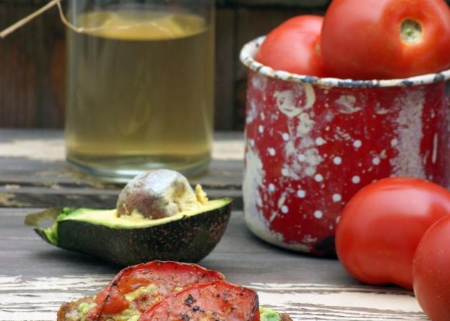 Crostini z avocado i pieczonym pomidorem
