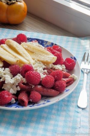 Makaron z białym serem i owocami.