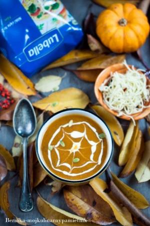 Zupa dyniowa z makaronem na Halloween