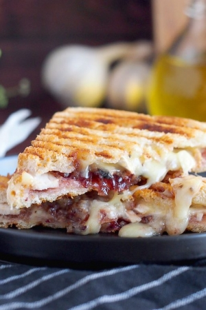 Tosty z indykiem, żurawiną i brie / Turkey Cranberry and Brie Sandwich