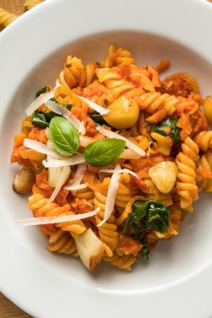 Śródziemnomorski makaron z sosem pomidorowym i pieczonym czosnkiem