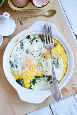Jajka zapiekane ze szpinakiem i grana padano